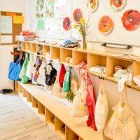 Geräumige Garderobe, in der jedes Kind einen Platz hat